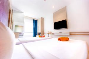 Телевизор и/или развлекательный центр в Mirage Express Patong Phuket Hotel