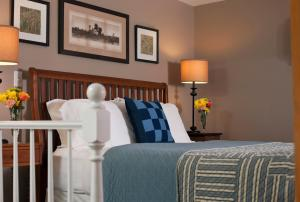 A bed or beds in a room at Newcastle Inn