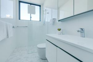 A bathroom at Coogee Luxury Apartments