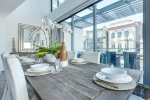 A restaurant or other place to eat at Coogee Luxury Apartments