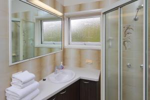 A bathroom at Palm Beach Hotel