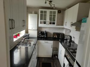 A kitchen or kitchenette at Tranquil apartment