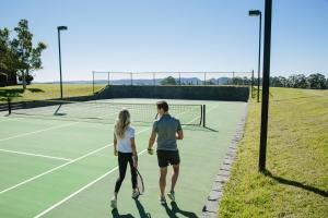 Tennis and/or squash facilities at Spicers Peak Lodge or nearby