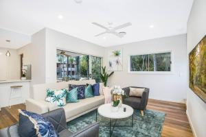 A seating area at Park Avenue Townhouse Retreat Brisbane Sleeps 10