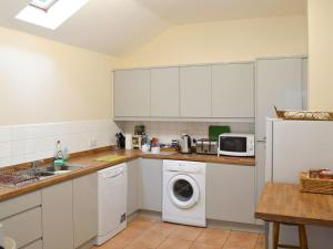 A kitchen or kitchenette at The Cottage Island Heron