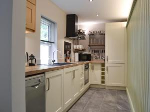 A kitchen or kitchenette at Dragonfly Cottage