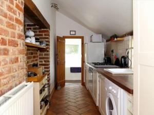 A kitchen or kitchenette at Box Cottage