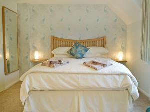 A bed or beds in a room at Turnpike Cottage