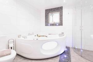 Ett badrum på Treetop Spa Hangout & Hotel