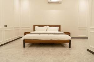 سرير أو أسرّة في غرفة في PALM RESORT