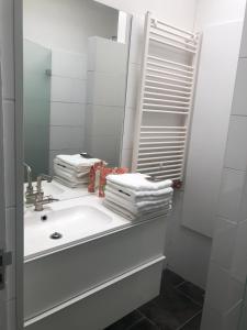 A bathroom at Kings Canal EasyBnB