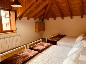 A bed or beds in a room at Casa Lixa Hotel Rural Albergue