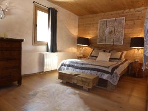 A bed or beds in a room at Les Chalets Aquarelle