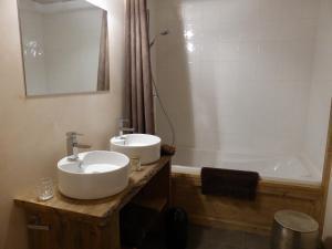 A bathroom at Les Chalets Aquarelle
