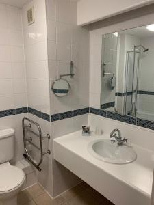 A bathroom at Mercure Chester North Woodhey House Hotel