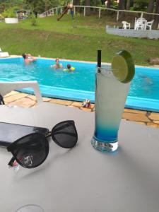 A piscina localizada em Hotel Fazenda Floresta Negra ou nos arredores