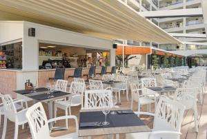 A restaurant or other place to eat at H10 Salou Princess
