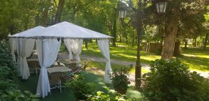 A garden outside Hotel Balneario De Alceda