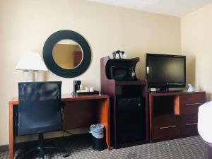 A television and/or entertainment centre at Quality Inn & Suites Heritage Park