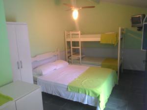 Uma ou mais camas em beliche em um quarto em Guest House Giulio Cesare