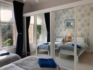 A bed or beds in a room at 26 Belvidere Crescent Apartment
