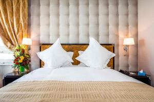 A bed or beds in a room at Atlas Almohades Casablanca City Center