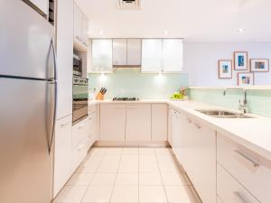 A kitchen or kitchenette at Modern apartment with large courtyard and short walk to Bondi Beach