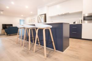 A kitchen or kitchenette at Contemporary 'Esprit' with river reserve access