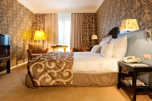 A bed or beds in a room at Hotel Parc Belair