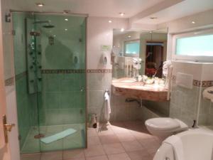 A bathroom at Citotel Hotel Restaurant Les Pins