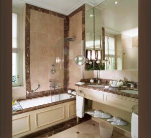 A bathroom at Hotel d'Angleterre
