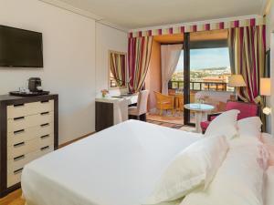 Een bed of bedden in een kamer bij H10 Costa Adeje Palace