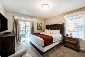 A bed or beds in a room at Wintergreen at Midway