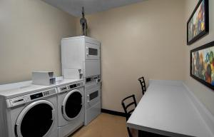 A kitchen or kitchenette at Fairfield Inn & Suites by Marriott Fort Worth I-30 West Near NAS JRB