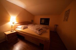 Postel nebo postele na pokoji v ubytování Penzion U lesa