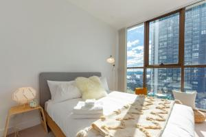 A bed or beds in a room at Darling Harbour View On Your Balcony in CBD