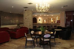 De lounge of bar bij Roseland's Hotel