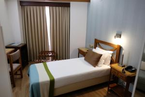 A bed or beds in a room at Hotel Dona Sofia