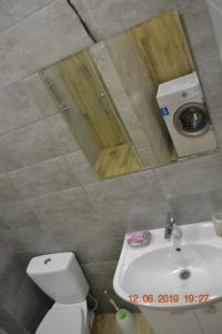 A bathroom at квартира 45 кв.м у моря