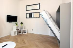 Een bed of bedden in een kamer bij The Apartment House - Mezibranska