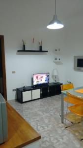 A television and/or entertainment center at Mini appartamento da Cetty