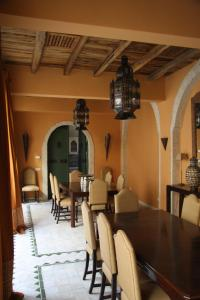 A restaurant or other place to eat at Dar Tozeur