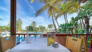 Een restaurant of ander eetgelegenheid bij BULL Costa Canaria & SPA - Only Adults