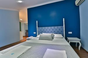 A bed or beds in a room at Cinar Hotel