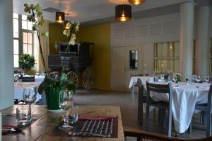 A restaurant or other place to eat at Le Pré Martin, village de gîtes