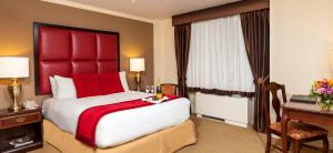 A bed or beds in a room at Fitzpatrick Grand Central