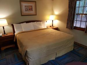 A bed or beds in a room at Franconia Notch Motel