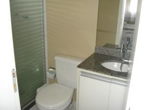 A bathroom at CONFORTO ARENA GREMIO APTO LUXO WIFI 5 PESSOAS estac