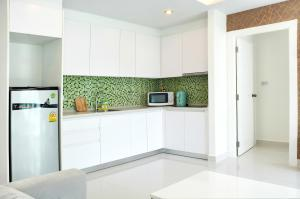 A kitchen or kitchenette at Amazon Residence Unit B1-217