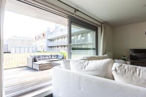 A seating area at Nieuwbouw appartement op toplocatie met zongericht terras